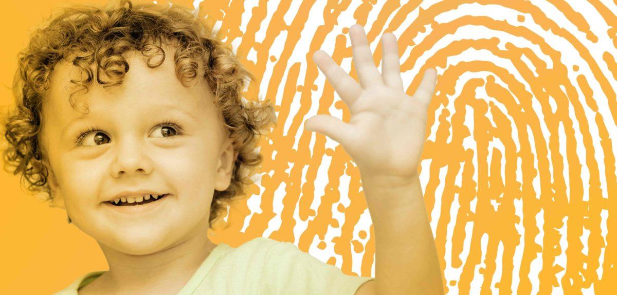 Ein Kind hebt seine Hand und schaut auf sie. Im Hintergrund ist der Fingerabdruck zu sehen. Es symbolisiert die Individualität jedes Menschen.